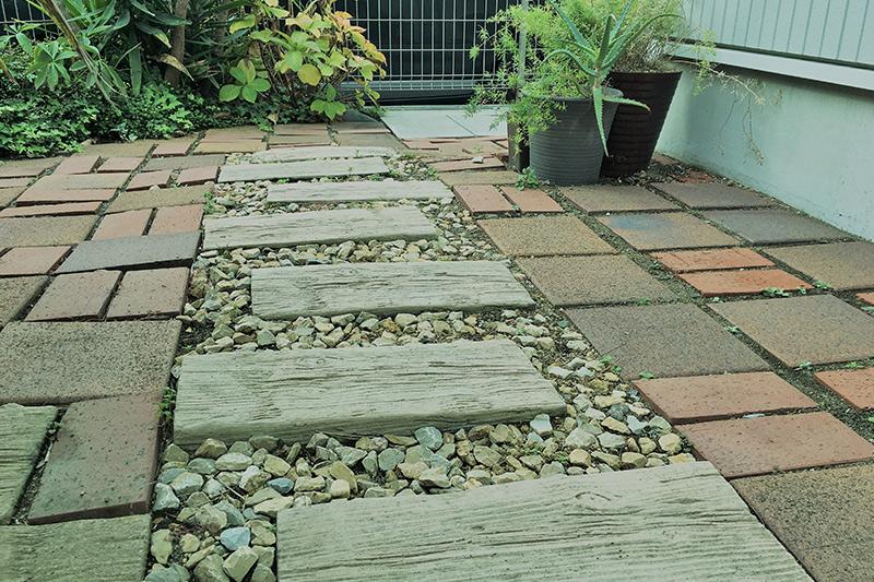 お庭へのアプローチ